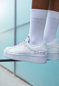 adidas Originals - SUPERSTAR BOLD PRIMEGREEN VEGAN - Zapatillas - footwear white/shock purple - 4
