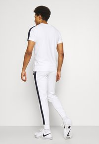 Lacoste Sport - PANT TAPERED - Träningsbyxor - white/navy blue - 2