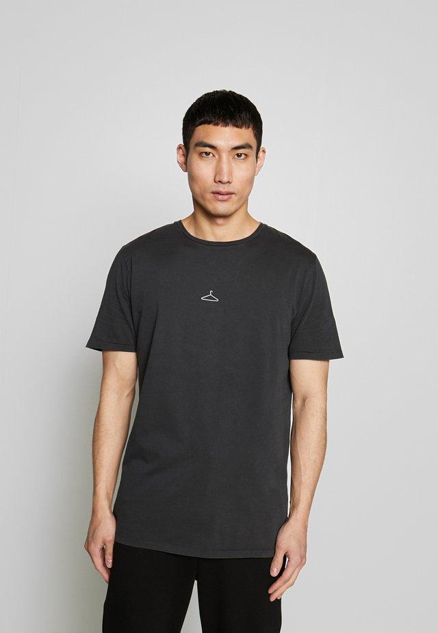 HANGER TEE ADD ON - T-shirts med print - washed black/white hanger