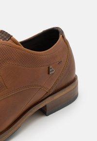 Bullboxer - Šněrovací boty - cognac - 5