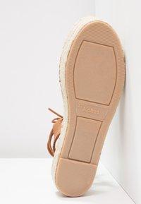 ALOHAS - GLADIATOR - Korkeakorkoiset sandaalit - cognac - 6