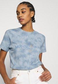 Cotton On - CLASSIC TEE - Print T-shirt - mermaid beach/washed blue - 3