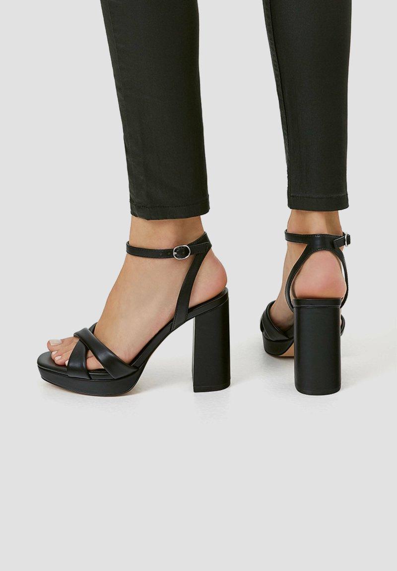 PULL&BEAR - MIT GESTEPPTEM ÜBERFUSSRIEMEN - High heeled sandals - black