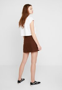 Lost Ink - PLEAT DETAIL BELTED MINI SKIRT - A-line skjørt - brown - 2
