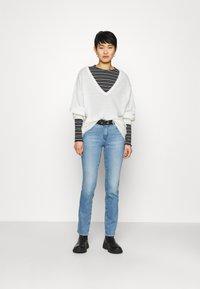 Wrangler - Straight leg jeans - sunkiss - 1