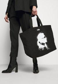 KARL LAGERFELD - EXCLUSIVE IKONIK TOTE - Shopping Bag - black - 1