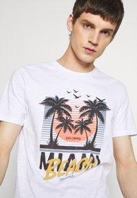 Jack & Jones - JORKALLO TEE CREW NECK - T-Shirt print - white - 3