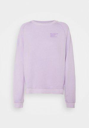 RAGLAN LONGSLEEVE SLITS AT SIDESEAM CHEST PRINT - Sweatshirt - pastel lilac