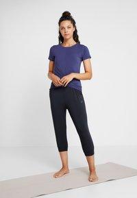 Curare Yogawear - PANTS LONG LOOSE - Pantalon de survêtement - black - 1