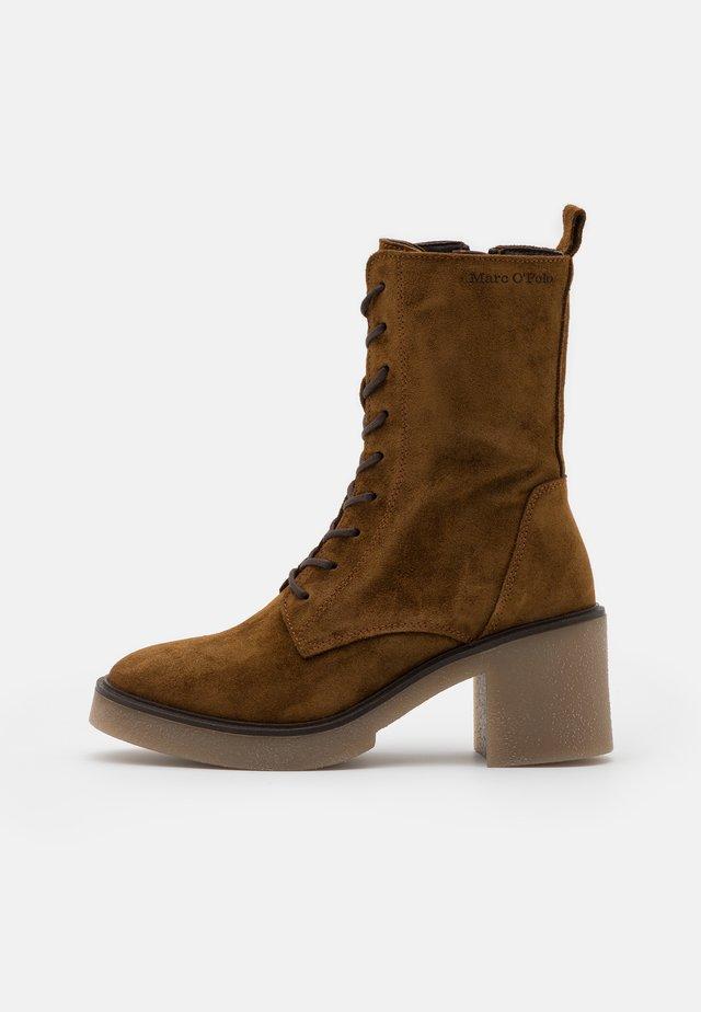KANDY  - Kotníkové boty na platformě - cognac