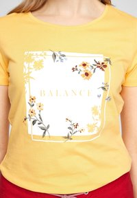 s.Oliver - MIT ARTWORK - Print T-shirt - yellow placed print - 3