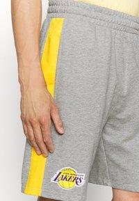New Era - LOS ANGELES LAKERS NBA SIDE PANEL SHORT - Club wear - grey - 3