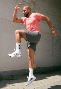 adidas Performance - AEROREADY 3-STRIPES 8-INCH SHORTS - Sportovní kraťasy - grey - 4