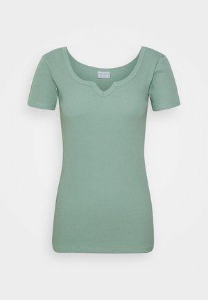 PCMBANO  - Camiseta estampada - jadeite
