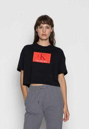BOXY ROLL UP SLEEVE TEE - T-shirt med print - black
