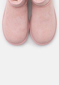 UGG - CLASSIC MINI II METALLIC - Bottines - pink cloud - 5