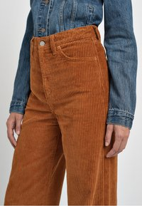 Levi's® - RIBCAGE CORD WIDE LEG - Flared Jeans - caramel - 4