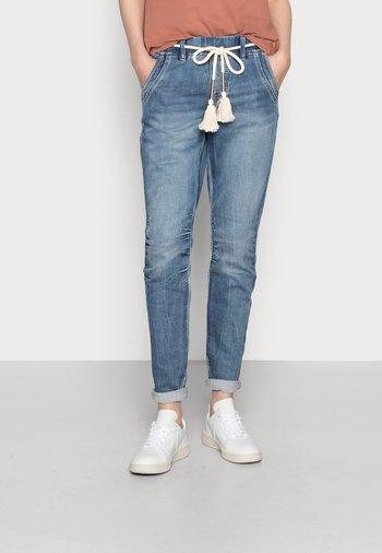 FREY JOG PANT - Relaxed fit jeans - medium blue denim