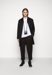 Neil Barrett - TRIPTYCH THUNDER EASY - T-shirts med print - white/black - 1