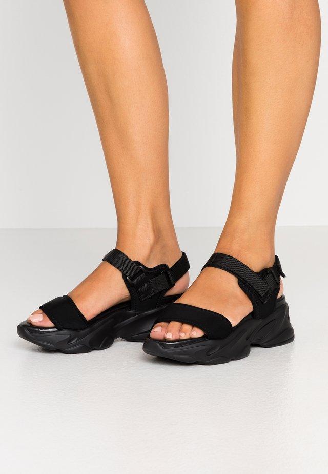 PLAYERS - Sandály na platformě - black