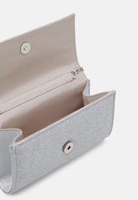 Forever New - IVY FOLD OVER - Pochette - silver - 2