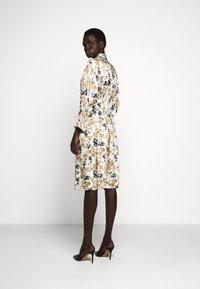 Victoria Victoria Beckham - TIE SLEEVE DRESS - Shirt dress - ditsy mustard - 2