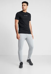 Nike Performance - Verryttelyhousut - grey heather/black - 1