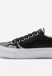 McQ Alexander McQueen - SWALLOW CUT UP - Sneakersy niskie - black/white - 5