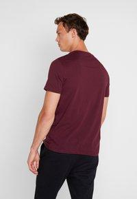 Lyle & Scott - CREW NECK  - T-shirt basique - burgundy - 2