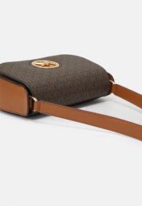 MICHAEL Michael Kors - SAMIRA FLAP - Across body bag - brown/acorn - 4