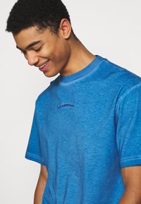 Han Kjøbenhavn - BOXY TEE - Print T-shirt - faded blue - 4