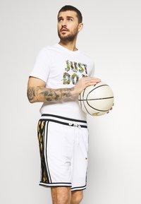 Nike Performance - TEE - Print T-shirt - white - 3