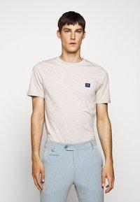 Les Deux - PIECE - Basic T-shirt - light brown melange/navy blue - 0