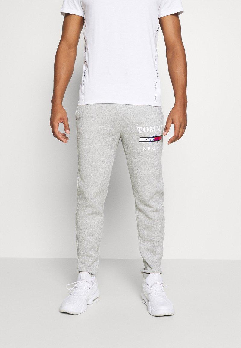 Tommy Hilfiger - GRAPHIC PANT CUFFED - Pantaloni sportivi - grey