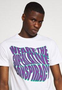 WeSC - MASON WARP CONSPIRACY - T-shirt imprimé - white - 4
