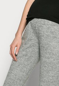 Pieces Maternity - PCMPAM FLARED PANT - Trousers - light grey melange - 3