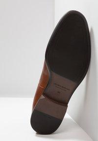 Vagabond - HARVEY - Kotníkové boty - cognac - 4