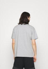 Nike Sportswear - TEE PREMIUM ESSENTIAL - T-paita - grey heather - 2