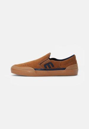 MARANA SLIP - Nazouvací boty - brown/navy/gum