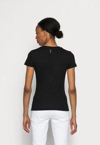 Guess - KIMETZ TEE - T-shirt print - jet black - 2