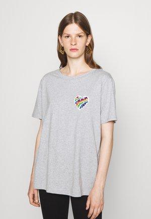 RAINBOW BADGE  - Print T-shirt - pearl heather