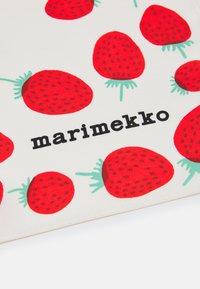 Marimekko - JOSINA MANSIKKA SCARF - Chusta - off white/red/green - 2