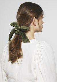 ONLY - ONLBRITT 3-PACK VELVET BOW SCRUNCHI - Hair styling accessory - blush/night sky/kalamata - 4