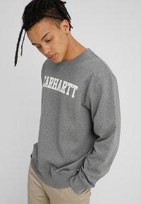 Carhartt WIP - COLLEGE - Sweatshirt - dark grey heather/white - 0