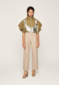 Pepe Jeans - Spodnie materiałowe - brown - 1