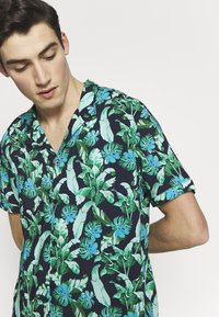 Guess - RESORT  - Shirt - green leaves on blue - 3
