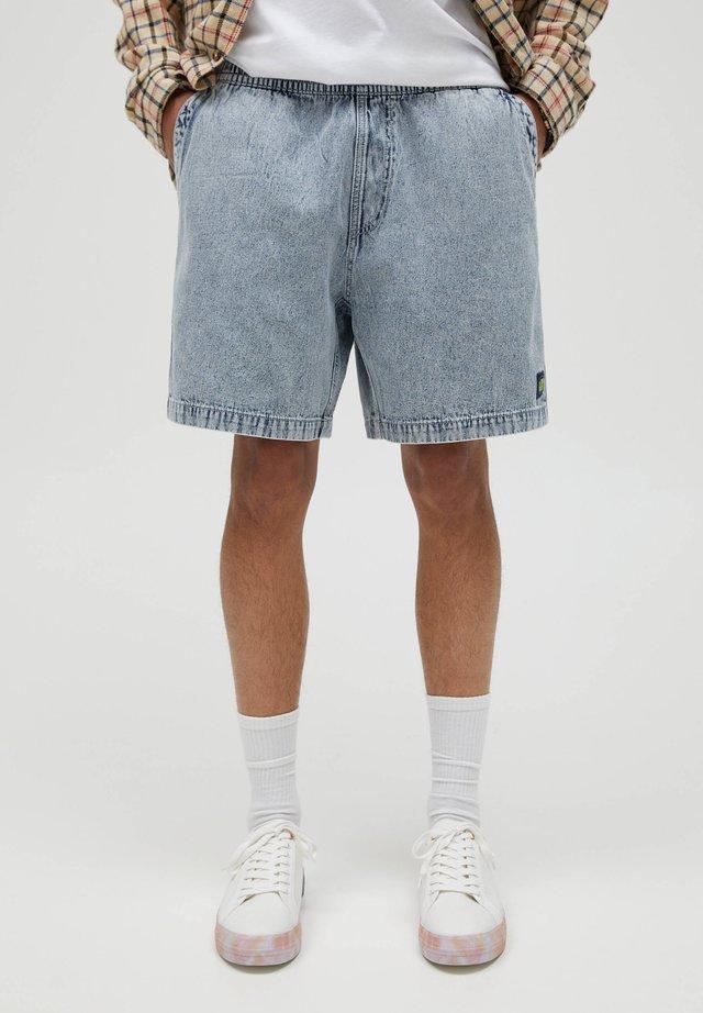 MIT GESTICKTEM ETIKETT - Shorts di jeans - royal blue