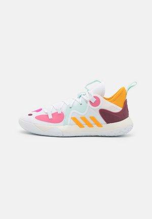 HARDEN STEPBACK 2 BASKETBALL BOUNCE SHOES - Chaussures de basket - footwear white/semi solar gold/halo mint