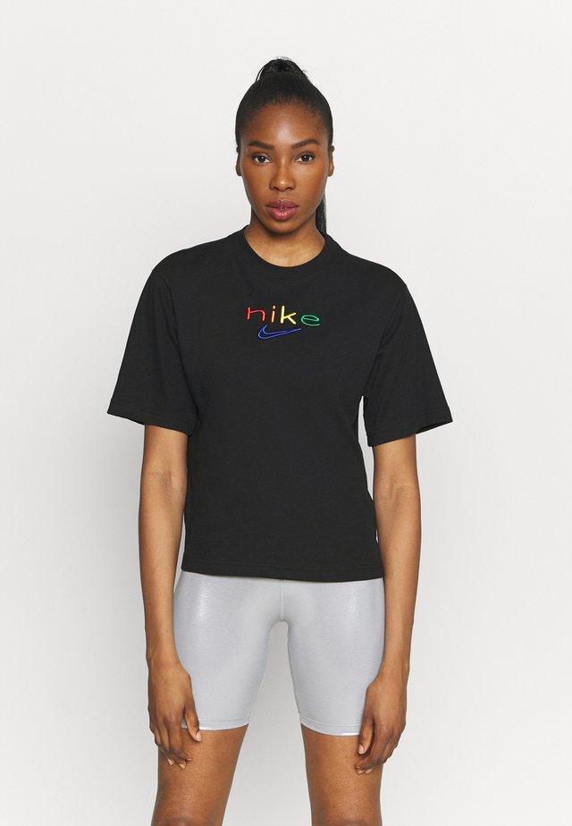 DRY TEE BOXY RAINBOW - T-shirt z nadrukiem - black