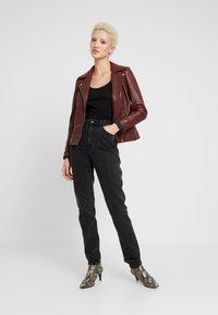 Vero Moda Tall - VMJOANA MOM LOOSE  - Jeans straight leg - black - 1